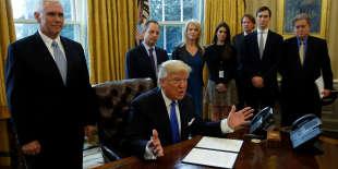 Le président Donald Trump s'adresse à la presse pendant qu'il signe une ordonnance présidentielle dans son bureau de la Maison Blanche, le 24 janvier.