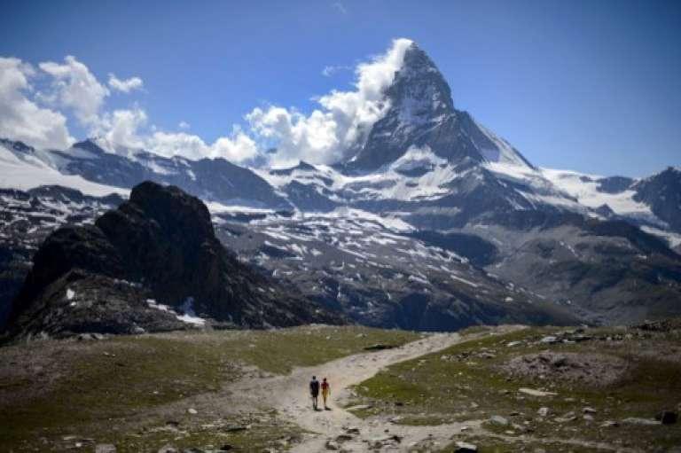 Un couple de touristes devant le Cervin, en Suisse