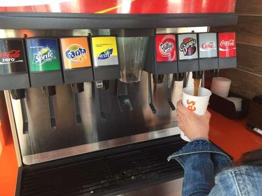 Les boissonsqui contiennent des sucres ajoutés ou des édulcorants de synthèse ne pourront plus être distribuées à volonté, gratuitement ou non.