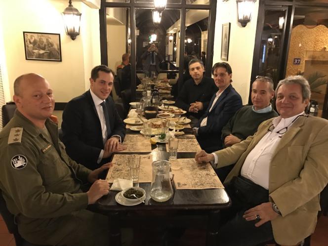 La photo du repas de Nicolas Bay (FN) avec un gradé israélien et le directeur adjoint du ministère de la santé, publiée sur son compte Twitter puis effacée.