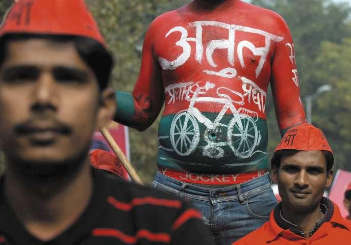 Le vélo, évocateur d'un mode de transport non polluant dans les villeset populaire dans les campagnes, est le symbole du parti régional Samajwadi, dans l'Etat de l'Uttar Pradesh.