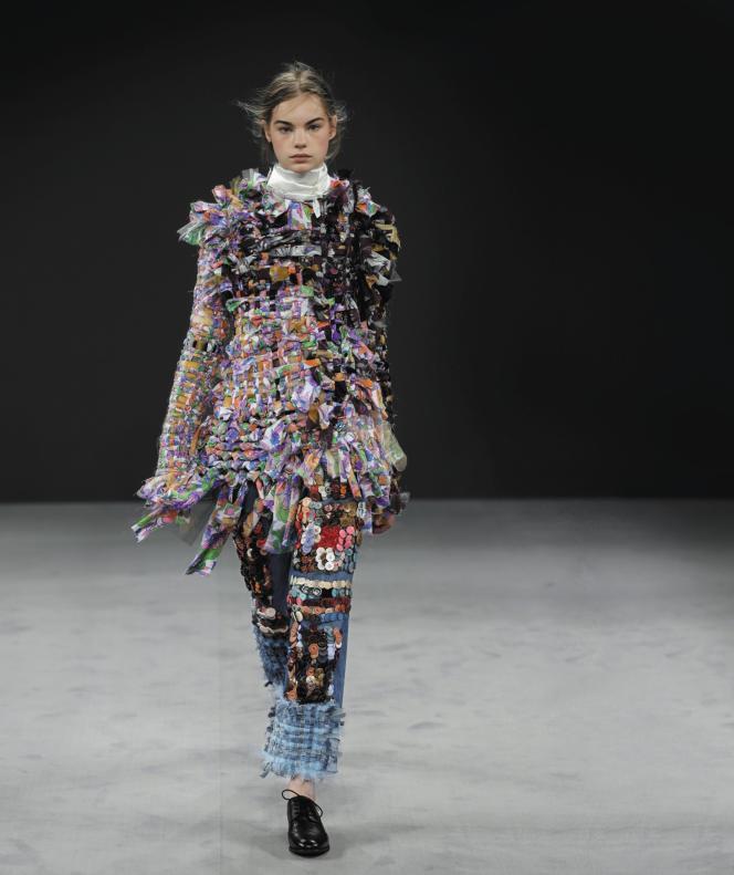 Pour son défilé automne-hiver 2016, la maison Viktor & Rolf a présenté des modèles réalisés à partir de pièces de ses précédentes collections.