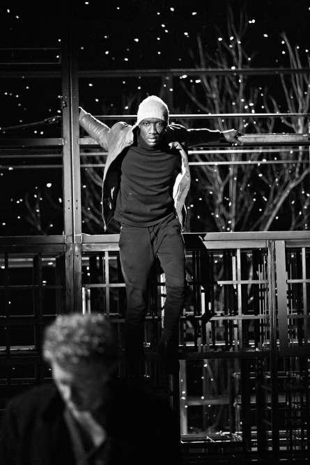 Intérieur nuit. Répétitions de «Neige», d'après Orhan Pamuk, mis en scène par Blandine Savetier. Souleymane Sylla, qui joue dans le spectacle, a bénéficié du programme 1er Acte, qui l'a aidé à rentrer au conservatoire en 2015.