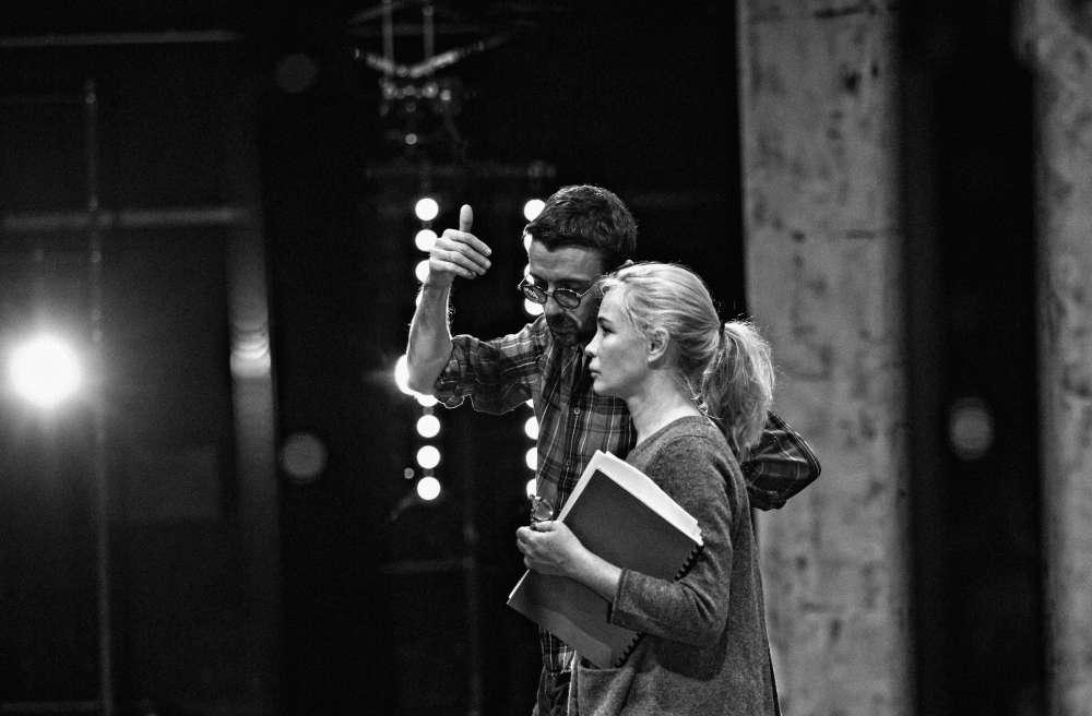Intérieur nuit. Début des répétitions d'«Erich Von Stroheim», dialogue entre Stanislas Nordey et Emmanuelle Béart.