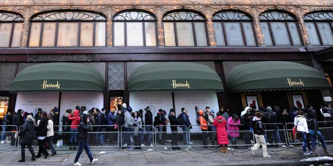 File d'attente devant un magasin Harrods, à Londres.Au quatrième trimestre2016, le secteur de la distribution, de l'hôtellerie et des restaurants a progressé de 1,7 %.