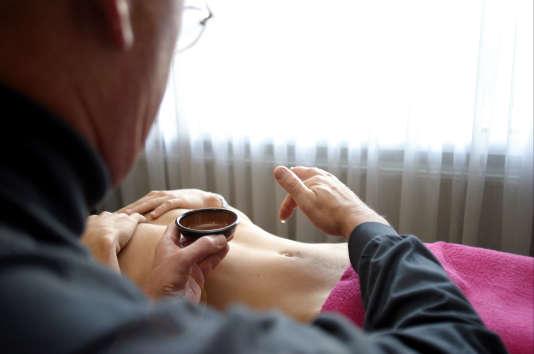 Une séance d'ostéopathie.