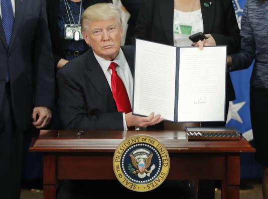 Donald Trump lors de la signature du décret renforçant la politique d'immigration aux Etats-Unis, le 25 janvier 2017.