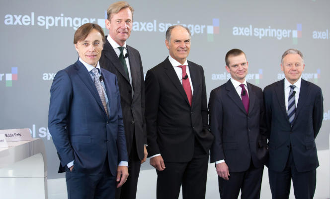 Direction du groupe Axel Springer, en mars 2013 à Berlin. Ralph Büchi (à droite), le délégué du conseil d'administration du groupe, s'est justifié en précisant que ces quatre dernières années, les revenus publicitaires du titre avaient été divisés par deux.