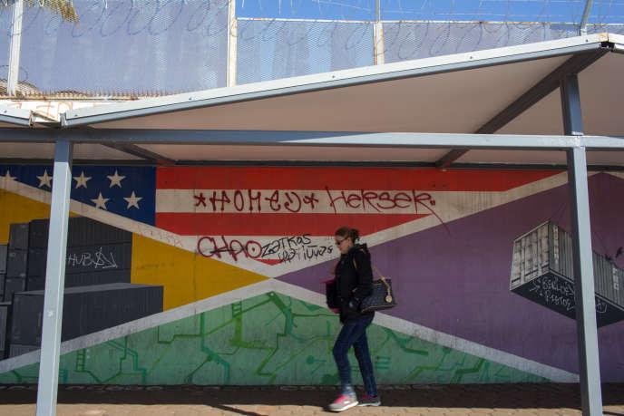 Des travailleurs mexicains passent la frontière à pied dans la banlieue de Tijuana.