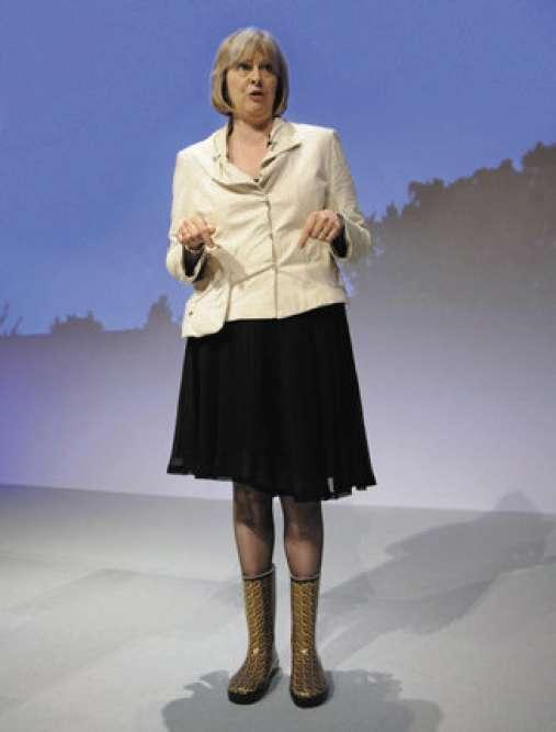 2007, à boue portant. Trois ans plus tard, Theresa avance toujours vite et bien. Sur la scène de la conférence du Parti conservateur, à Blackpool, elle déambule dans des wellies, des bottes anglaises nommées ainsi en hommage à Arthur Wellesley, premier duc deWellington et grand amateur de marche dans la boue. Chaussée de la sorte, Theresa cherche-t-elle à déterminer l'élu conservateur le plus courageux de l'année ? Non. Elle a prévu, dans la foulée, de visiter un jardin communautaire de Blackpool. Quelque chose à y redire ?