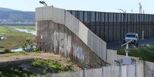 Une patrouille des gardes-frontières derrière le mur séparant Etats-Unis et Mexique à San Ysidro en Californie, le 25 janvier.
