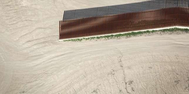 Une clôture interrompue sur une rive du Rio Grande, le fleuve frontière entre Etats-Unis et Mexique, à McAllen au Texas, le 3 janvier.