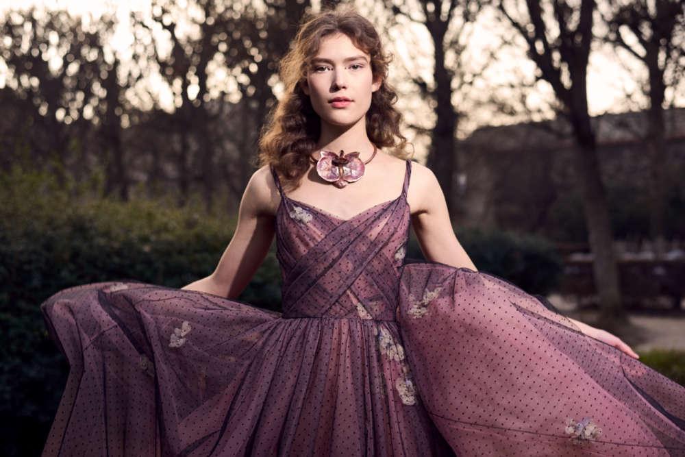 La féminité est célébrée et idéalisée à l'extrême chez Christian Dior, maison qui, pour la première fois, a confié sa direction artistique à une femme.