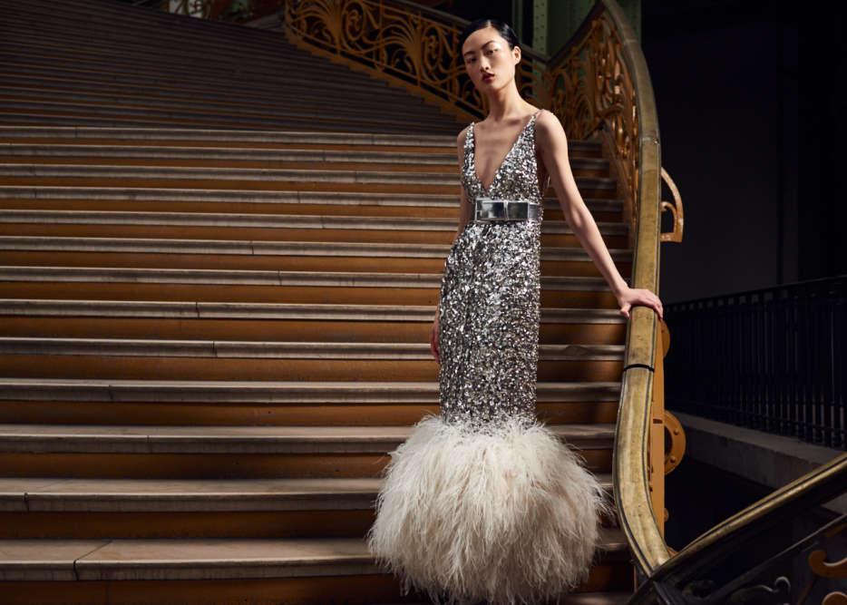 Les grands soirs, la fille Chanel est sculpturale et très à l'aise en long fourreau d'argent, l'ourlet galonné de plumes de marabout.