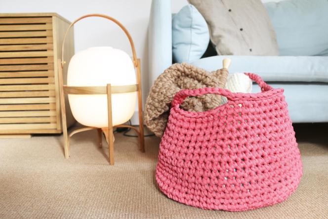 Le kit Checkers Basket permet de réaliser un panier au crochet de 45 cm de diamètre et 28 cm de hauteur.