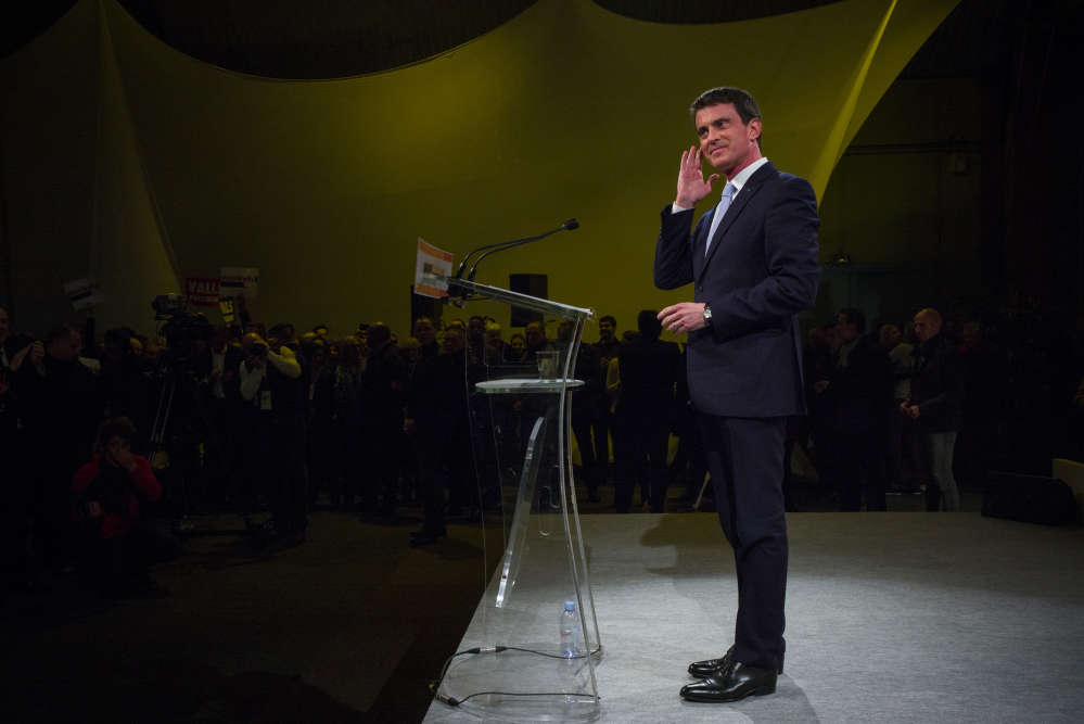 Manuel Valls salue son public, dans l'enceinte du palais des sports d'Alfortville, avant de prononcer son discours lors de l'ultime meeting de sa campagne.