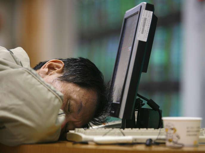 Un agent de change endormi à Taipei, le 15 janvier 2009.