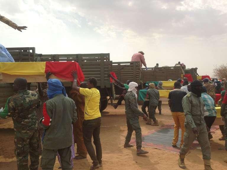 Les cerceuils des victimes de l'attentat suicide dans le nord du pays. Gao, le18janvier.