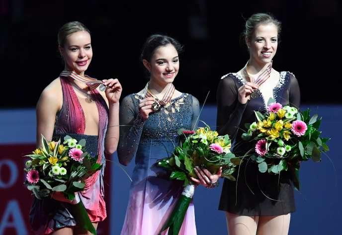 De gauche à droite : la Russe Anna Pogorilaya (argent), la Russe Evgenia Medvedeva (or) et l'Italienne Carolina Kostner (bronze) lors des championnats d'Europe de patinage artistique.