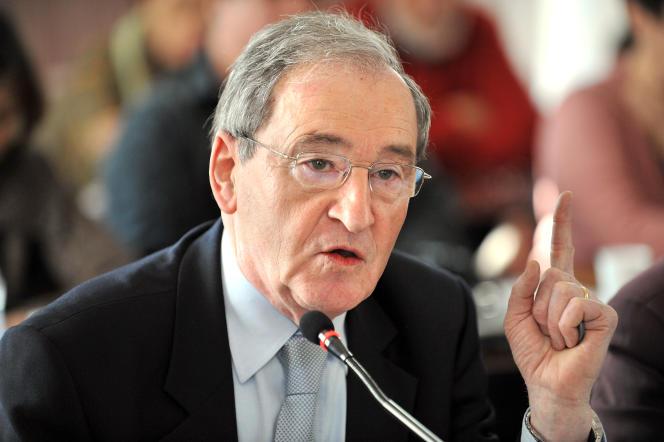 L'ancien maire de Pont-Saint-Esprit (Gard), Gilbert Baumet, lors d'un conseil municipal, le 31 mars 2009.