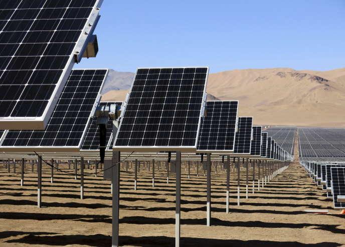 Des panneaux solaires SunEdison dans le désert d'Atacama en 2014.