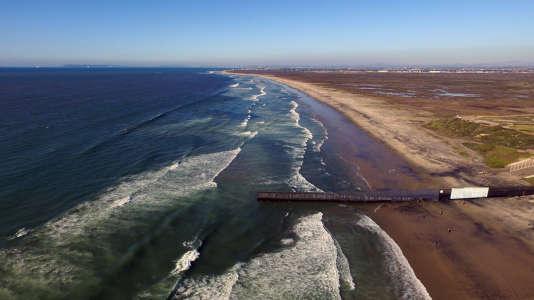 Photo aérienne prise par un drone de surveillanceà la frontière américano-mexicaine, près de Playas de Tijuana, le 26 janvier 2017.