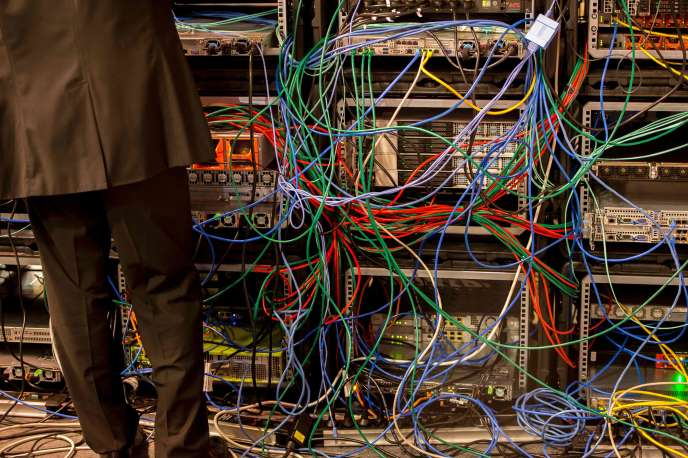 Au Forum international sur la cybersécurité, un technicien installe un système de protection à Lille, le 24 janvier.