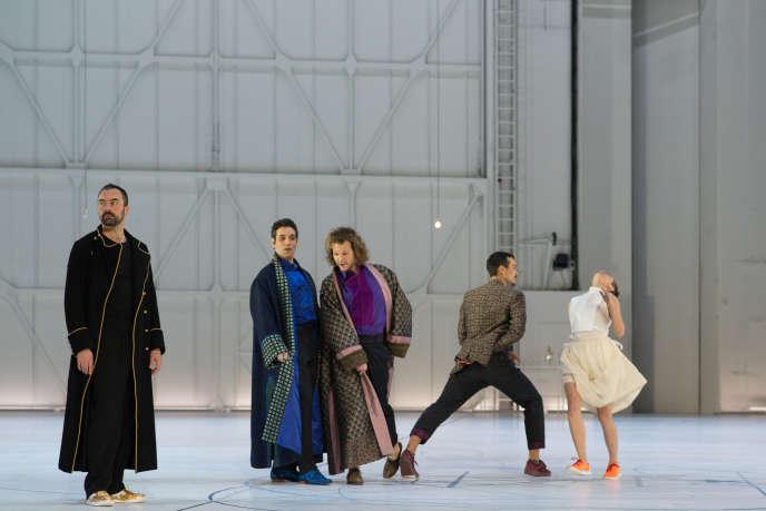 De g. à d. : Bostjan Antoncic (Don Alfonso), Frédéric Antoun (Ferrando), Philippe Sly (Guglielmo), Michaël Pomero (Guglielmo), Marie Goudot (Despina).