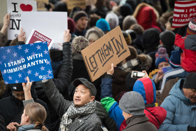 Des manifestants à l'aéroport JFK de New York dénoncent l'interpellation de ressortissants des sept pays visés par le décret du président Trump, le 28 janvier.