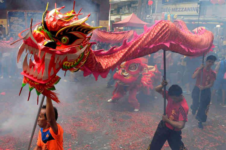 Dance du dragon dans le quartier chinois de Manille, aux Philippines, le 28 janvier.