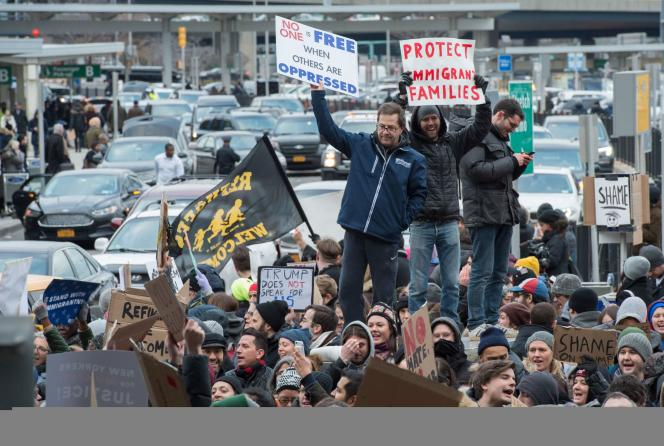 Des manifestants postés au Terminal international de l'aéroport JFK, samedi 28 janvier. La foule a pris de l'ampleur au cours de l'après-midi.