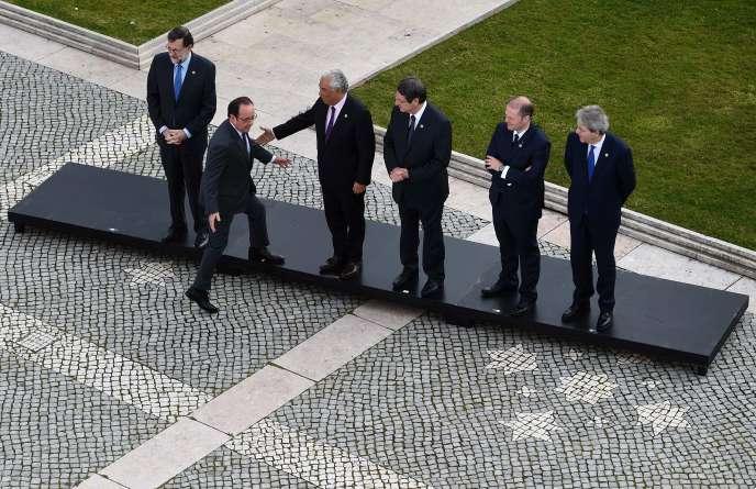 Le président François Hollande rejoint ses homologues chefs d'Etateuropéens à Lisbonne, le 29 janvier.
