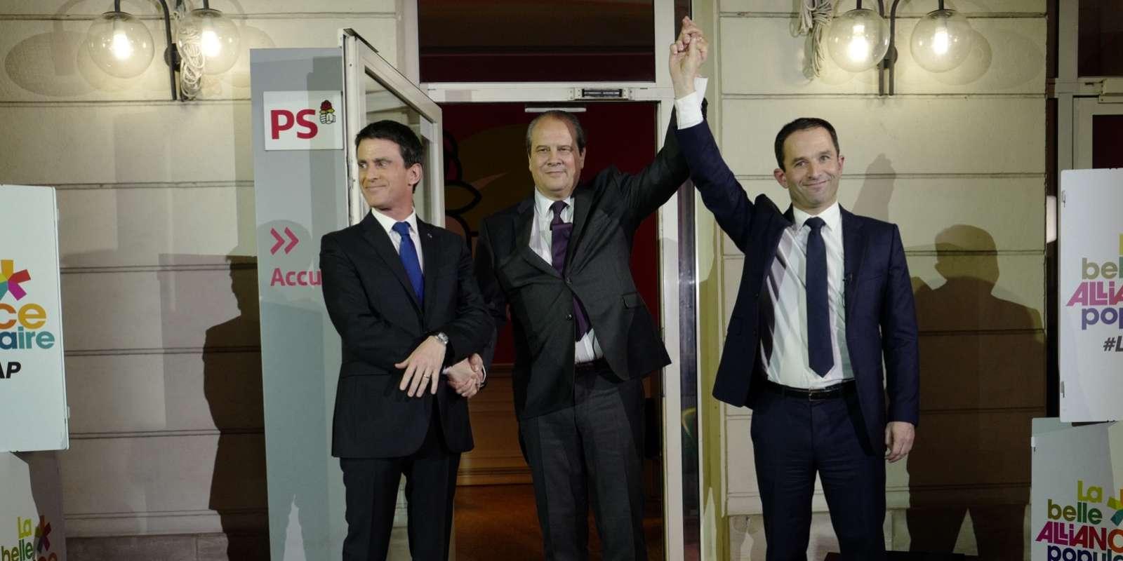 Benoît Hamon, désormais candidat du PS à la présidentielle, a brièvement serré la main de Manuel Valls, son adversaire au second tour de la primaire élargie, sur le perron du siège du Parti socialiste à Paris le soir du 29 janvier.Cette poignée de main qui s'est déroulée devant un parterre de caméras et photographes, n'a duré que quelques secondes, sous le patronage de Jean-Christophe Cambadélis, premier secrétaire du PS.