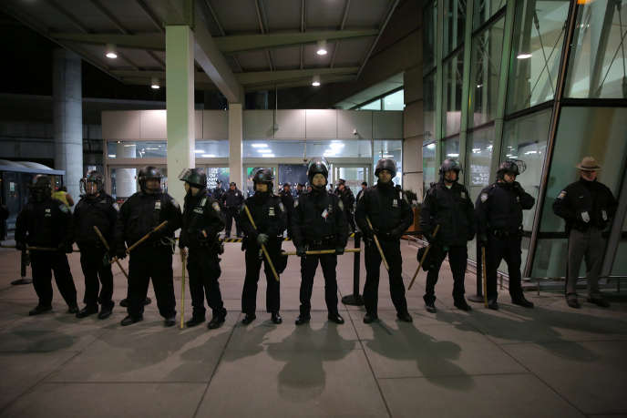 La police de l'aéroport de New York tente d'empêcher des contre manifestants de pénétrer dans le bâtiment, après la mise en œuvre du décret anti-immigration de Donald Trump.