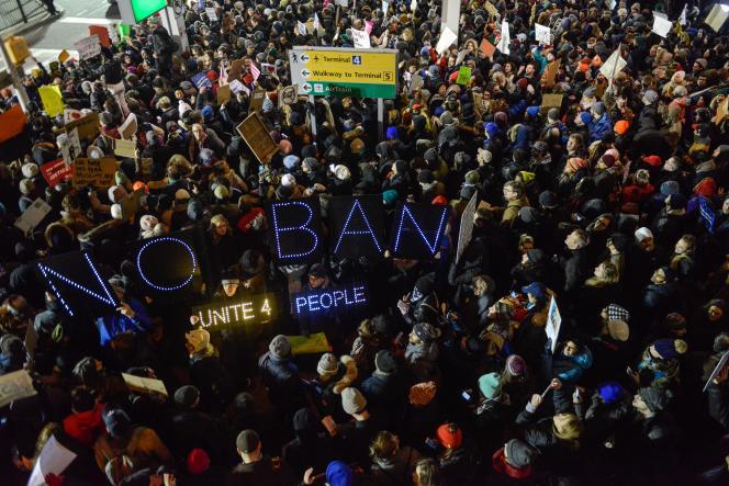 Lors de la manifestation contre le décret anti-immigration de Donald Trump à l'aéroport JFK de New York, le 28 janvier.