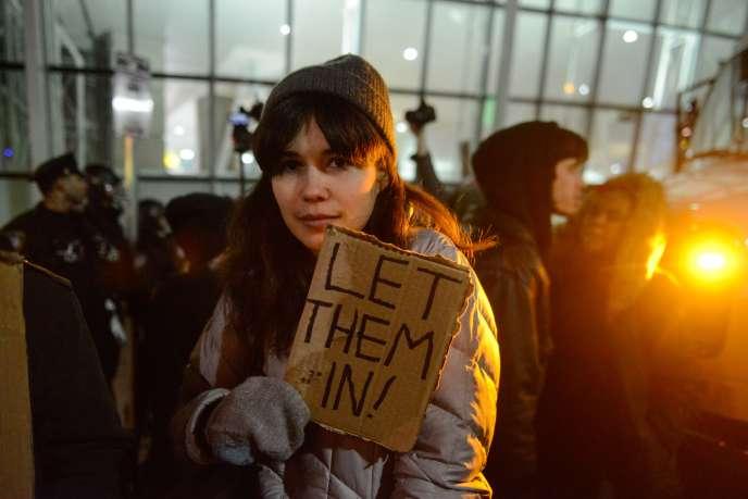 Une manifestante proteste contre le décret anti-immigration du président étasunien, en janvier 2017, à New York.