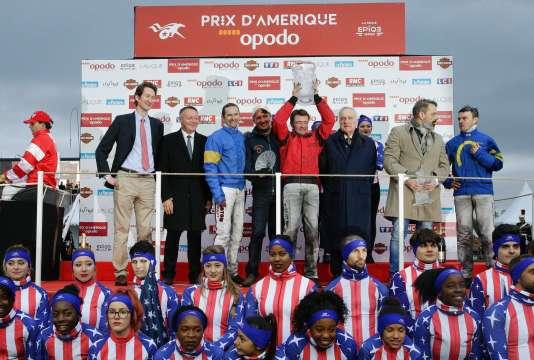Le driver Franck Nivard brandit le trophée.