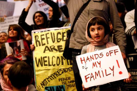 Une fillette tient une pancarte indiquant« Touche pas à ma famille», à l'aéroport international de Los Angeles, le 28 janvier.