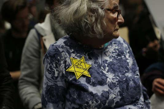 Une dame porte une étoile jaune où il est inscrit « musulman», le 28 janvier à San Francisco.