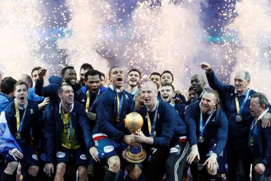 Les handballeurs français et le trophée mondial, le 29 janvier à Paris.