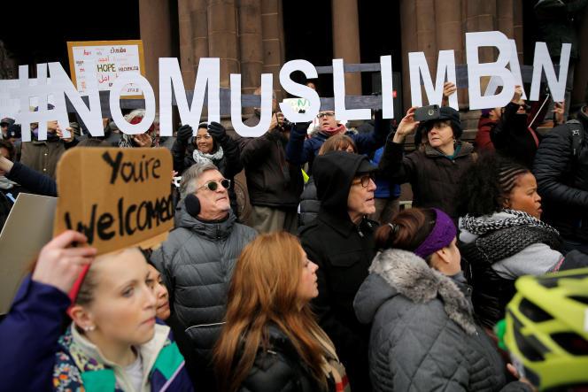 """A Boston, dans le Massachusetts, des manifestants ont organisé un rassemblement baptisé « Boston manifeste contre le """"Muslim ban"""" et le décret anti-immigration »."""