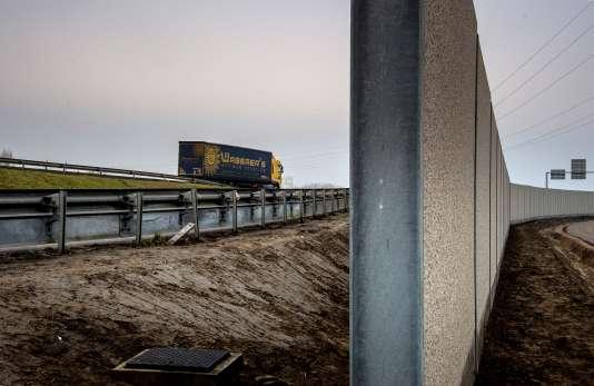 Le mur construit le long de l'autoroute qui conduit au port de Calais.