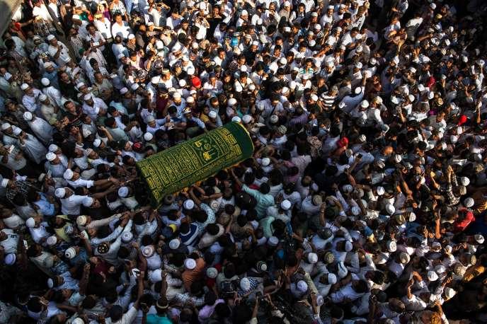 Des personnes en deuil portent le cercueil de Ko Ni, célèbre avocat birman de confession musulmane, à Rangoun, le 30 janvier 2017.