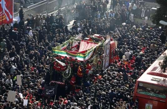 Le cortège funèbre des pompiers morts dans l'incendie, le 30 janvier à Téhéran.