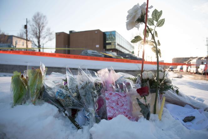 Des fleurs devant le Centre culturel islamique de Québec, le 30 janvier.