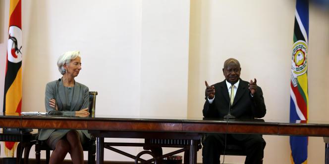 Le président ougandais Yoweri Museveni reçoit la visite de la Française Christine Lagarde, directrice du Fonds monétaire international (FMI) à Kampala le 27 janvier 2017.
