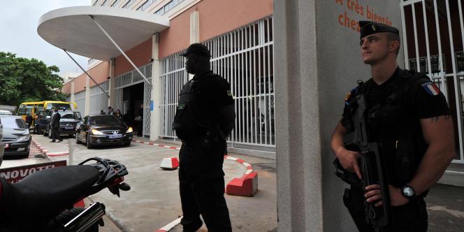 Des gendarmes montent la garde devant l'hôtel Novotel d'Abidjan, le 15 juillet 2011, lors d'une cérémonie en hommage aux quatre victimes kidnappées et tuées le 4 avril.