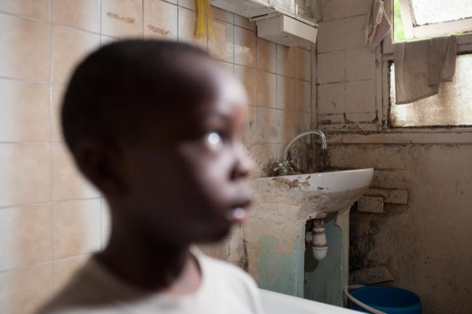 Dans un appartement insalubre loué par plusieurs famille, en Seine-Saint-Denis, en mai 2013.
