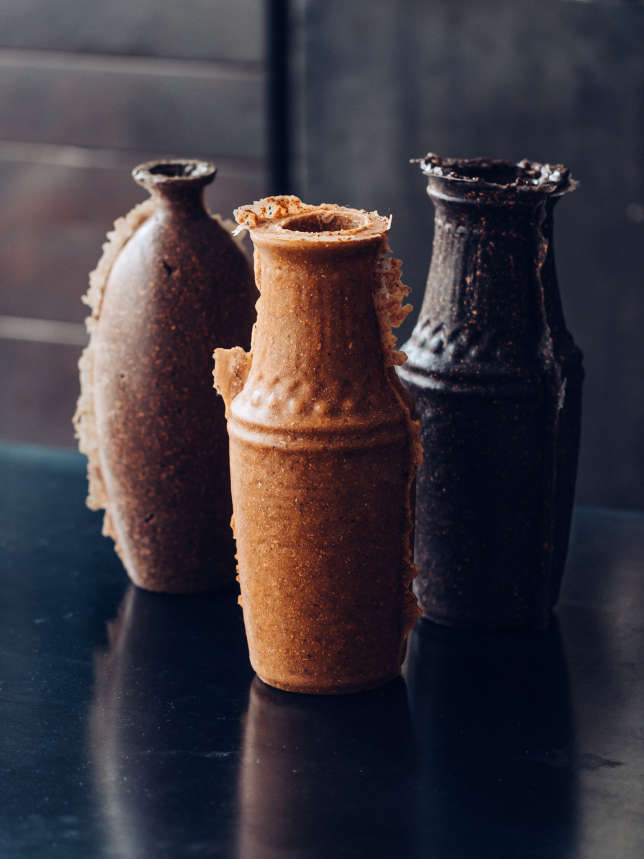 Ces vases de la créatrice néerlandaise Renate Vos à base d'un mélange caoutchouc et liège sont comme arrachés à leur moule, sans finition, ici chez Merci.