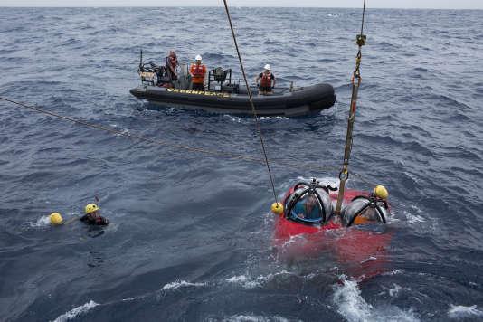 Le 30 janvier 2017, le petit sous-marin à deux places plonge dans les eaux brésiliennes, pour explorer les fonds, 95 mètres plus bas.